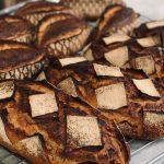 Pain d'antan biologique,mélanges de plusieurs farines bio écrasée à l'ancienne sur meule de pierre. Fermentation longue de 24h panifié uniquement sur levain naturel pour une meilleure digestibilité et un maximum d'arômes.