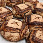 Tourte d'alouette bio au graines bio, mélanges de plusieurs farines bio écrasées à l'ancienne sur meule de pierre. Fermentation longue panifié au levain naturel pour une meilleure digestibilité et un maximum d'arômes.