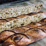 Baguette de tradition française label rouge. Fermentation entre 24h et 72h. Pétris lentement pour préserver un maximum d'arômes. Une croûte bien dorée et un alvéolage irrégulier de la mie sont signe de bonne fermentation.