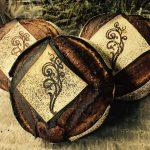 Pain de campagne biologiques. Farines écrasées à l'ancienne sur meule de pierre. Fermentation longue de 24h, panifié uniquement sur levain naturel pour une meilleure digestibilité et un maximum d'arômes.
