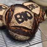 Tourte de meule biologique farine écrasée à l'ancienne sur meule de pierre. Panifié uniquement sur levain naturel pour une meilleure digestibilité longue fermentation de 24h à 48h pour un maximum d'arômes.